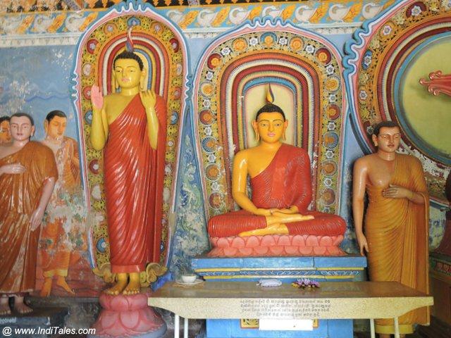 अनुराधापुरा के मंदिरों में बौद्ध प्रतिमाएं