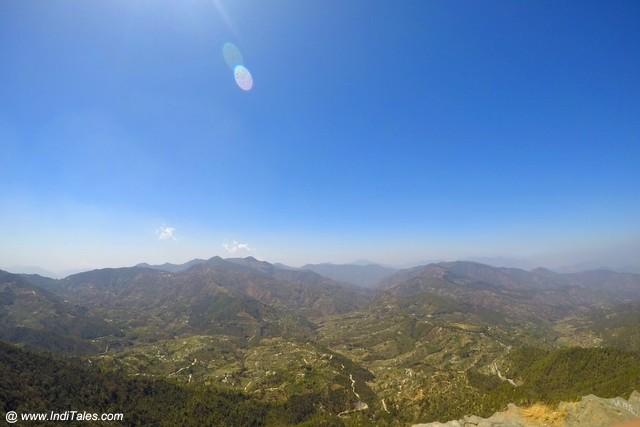 नीला आकाश, हरी भरी घाटियाँ और श्वेत हिमालय पर्वतमाला - मुक्तेश्वर