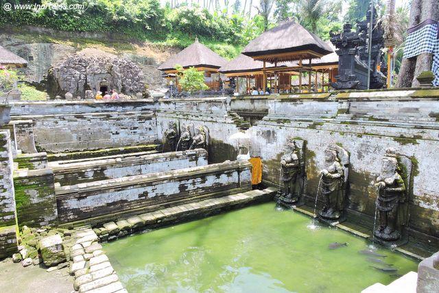 इंडोनेशिया के जल मंदिर गुआ गजः की पुष्कर्णी