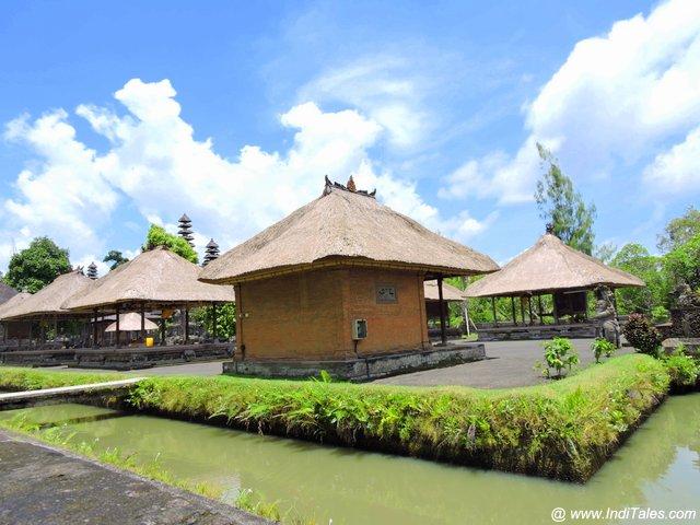 जल से घिरा पुरा तमन अयुन मंदिर - बलि - इंडोनेशिया