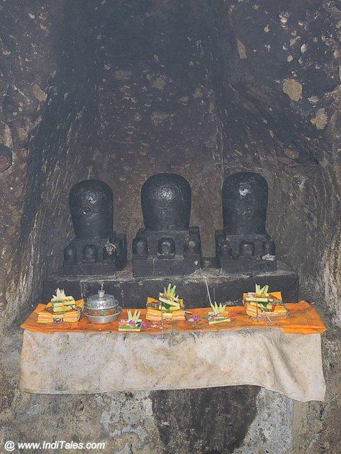 गुआ गजः मंदिर में तीन शिवलिंग - बाली इंडोनेशिया