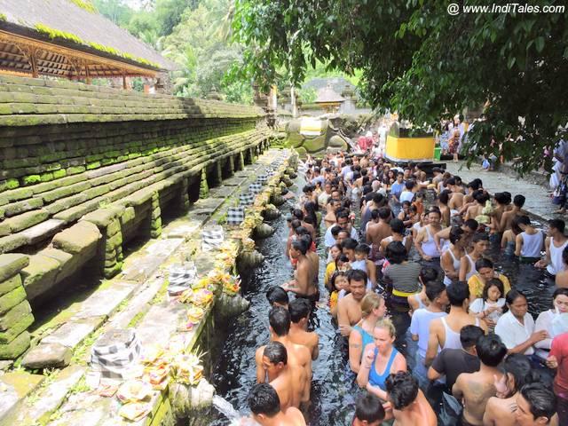 पुरा तीर्थ एम्पुल में पवोत्र स्नान करते हुए श्रद्धालु - बाली इंडोनेशिया
