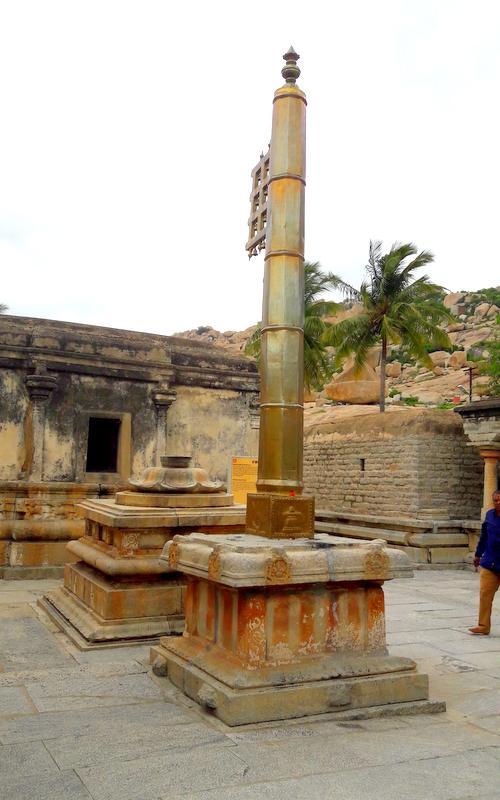 रामलिंगेश्वर मंदिर समूह का ध्वज स्तम्भ