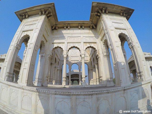 शाही समाधान - पटियाला की छत पर संगमरमर का चबूतरा