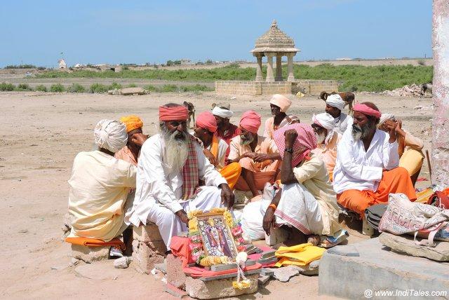 रुक्मिणी मंदिर के बाहर साधुओं का जमघट