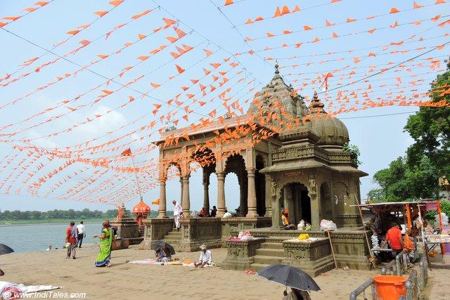 नर्मदा तट पर स्थित नर्मदा मंदिर - महेश्वर