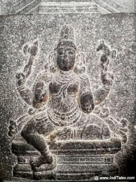 ललिता त्रिपुरसुन्दरी कांची कामाक्षी के एक स्तम्भ पर