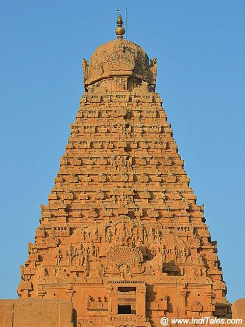 तंजावुर के बृहदीश्वर मंदिर के शिखर पर ८० तन का पत्थर