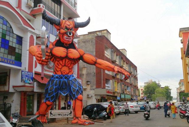 गोवा की गलियों में नरकासुर का पुतला