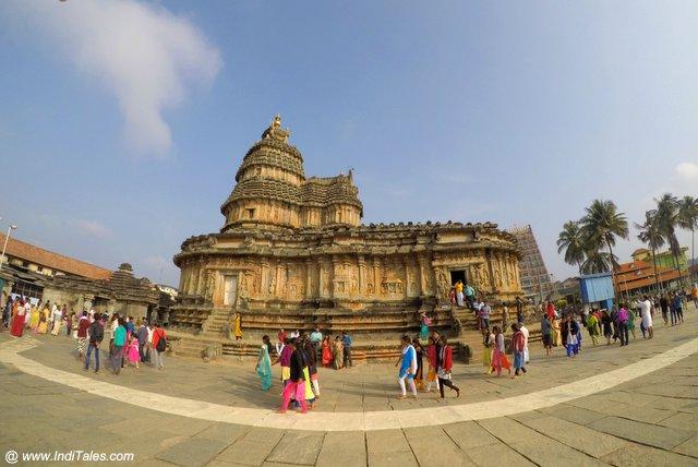 श्रृंगेरी विद्याशंकर मंदिर का तुंग नदी से दृश्य