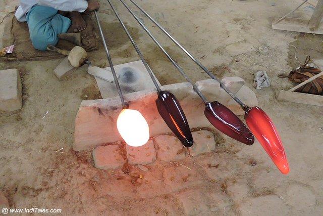 तपते कांच के भिन्न भिन्न रंग - फिरोजाबाद चूड़ी उद्योग