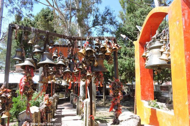 गोलू देवता मंदिर के गलियारे