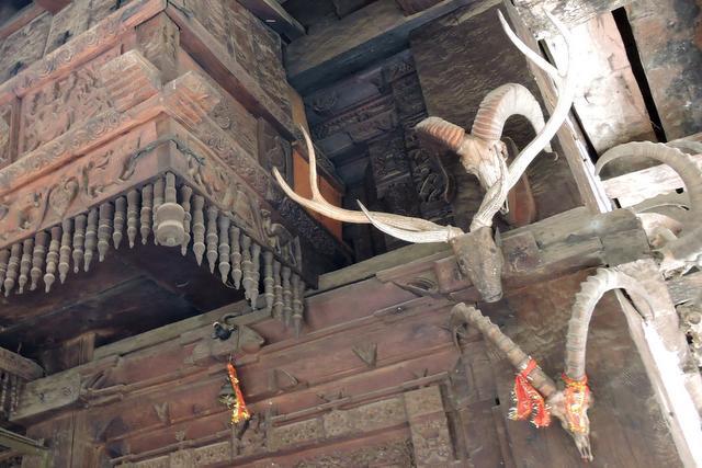 काष्ठ के मंदिर पे टंगे सींघ