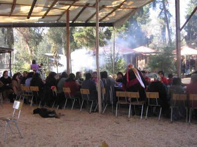 Mesa mapuche con sus invitados