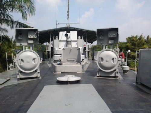 Bofors 40mm pada buritan, tampak posisinya diapit oleh dua tabung peluncur torpedo.