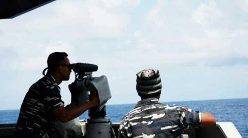 Awak KRI Diponegoro 365 sedang mengoperasikan LIROD (Lightweight Radar Optronic Director).