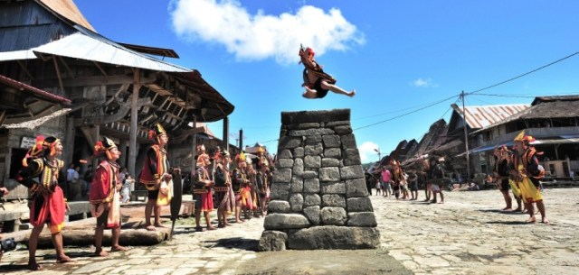 fahombo olahraga lompat batu dari nias - Indonesia traveller - wisata nias