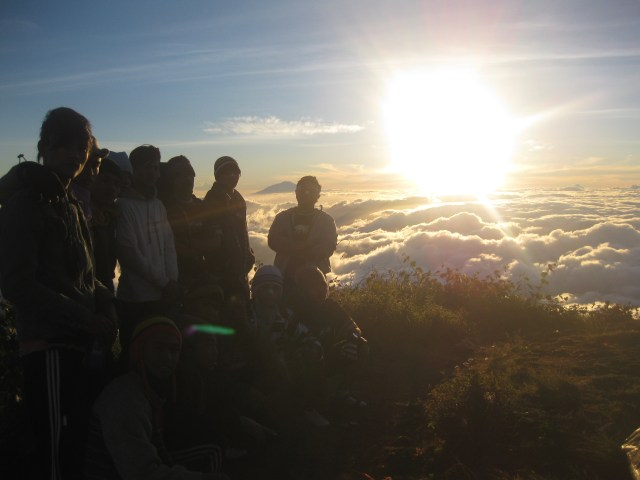Pemandangan kabut awan Puncak Gunung Cikuray – Indonesia traveller