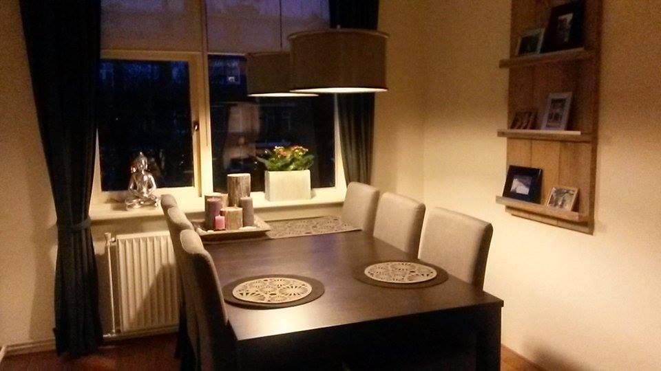 Een robuuste hanglamp boven de eettafel