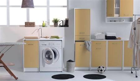 Domestica larredo lavanderia pieno di colore