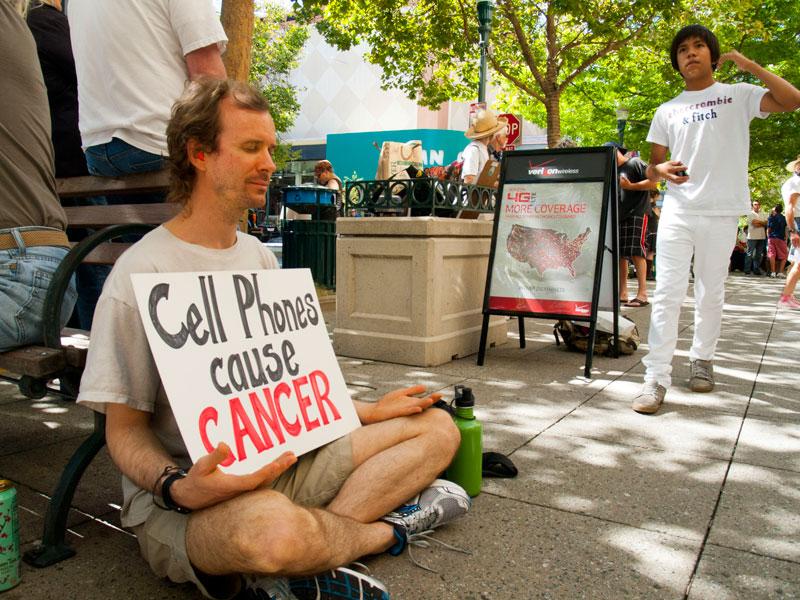 teléfonos celulares-causa-cancer_7-21-12.jpg