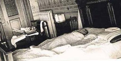 Atatürk'ün ölümünden sonra H. Reşit Tankut, ağlamaklı bir sesle radyoda (Atatürk   ölmez) demişti..jpg