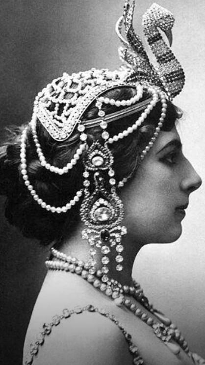 Kraliçe Süreyya modern giyimiyle.jpg