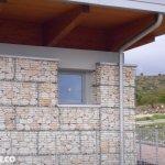 Struttura Gabbioni per Architettura con Finestra e Tettoia in Legno