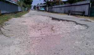 The current condition on one section of the road. [iNews' Photo]