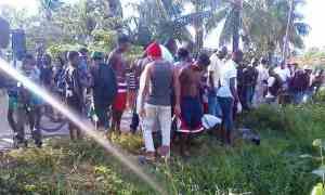 Residents flock the scene to get a glimpse of the man's body. [iNews' Photo]