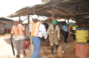 Head of State, Donald Ramotar interacting with a worker during the tour of Guyana Gold Fields Inc, Aurora. [GINA Photo]
