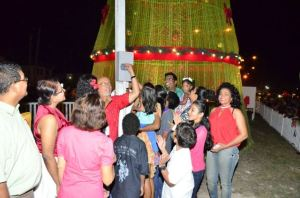 President Donald Ramotar flicking the switch to illuminate the Christmas tree at Rahaman's Park. [GINA Photo]