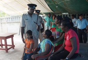 Commander Amsterdam meets with the wife, children and relatives of Asif Hakim.