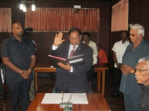 Prime Minister, Moses Nagamootoo takes his oath to office. [iNews' Photo