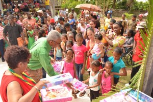 President Granger sharing Christmas gifts, assisted by Minister Amna Ally, at Friendship Village in Region 2.