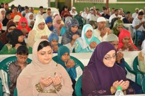 Muslim brothers and sisters offering prayers on the occasion of Youman Nabi
