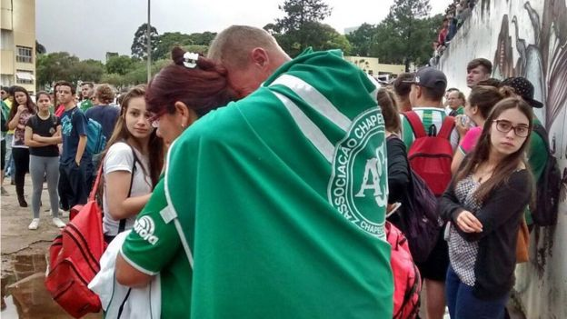 Fans of Chapcoense have gathered at the club's stadium in Chapeco, Brazil, to pay tribute (EPA/BIA PIVA / DIARIO DO IGUACU)