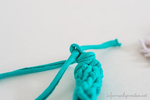 t-shirt finger knit necklace