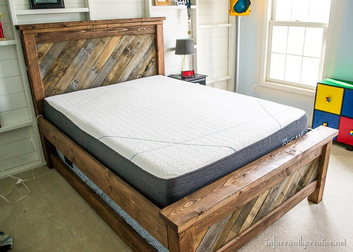 Farmhouse pallet bed with rolling trundle infarrantly for Farmhouse bed plans