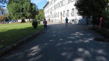 An Schloss Mehrerau vorbei