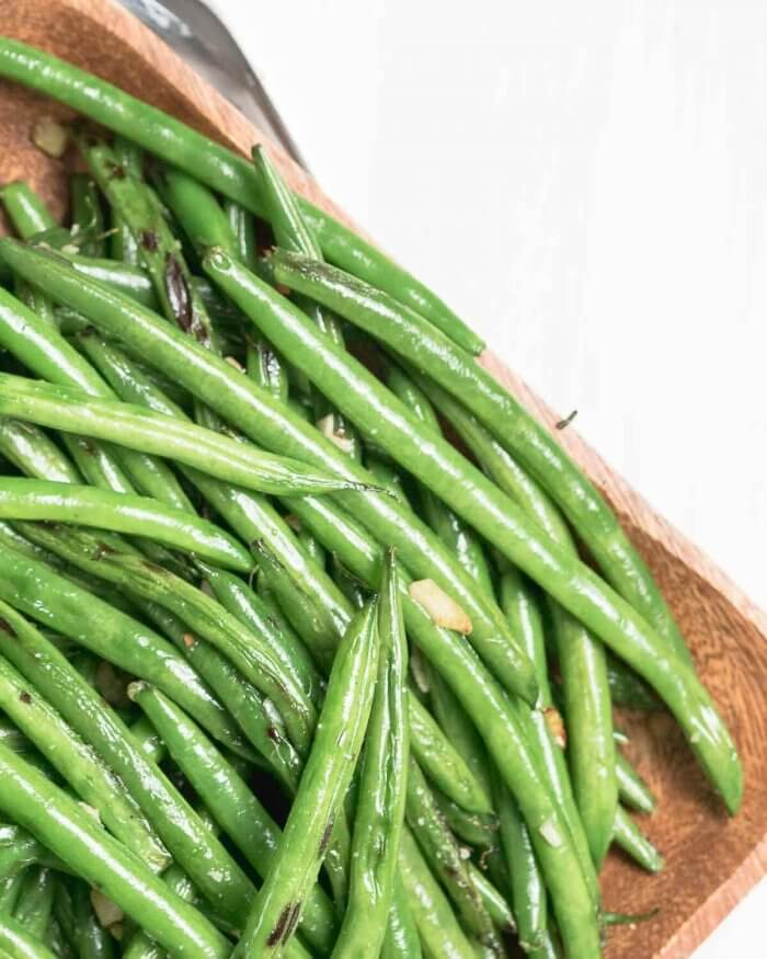 slightly charred green beans with garlic and sesame