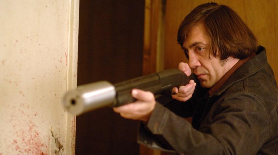 2. Onde os Fracos Não Tem Vez (No Country For Old Man, 2007) Um caçador (Josh Brolin) encontra uma bolsa cheia de dinheiro e passa a ser perseguido pelo assassino (Javier Bardem) contratado pelo cartel de drogas ao qual o dinheiro pertence.