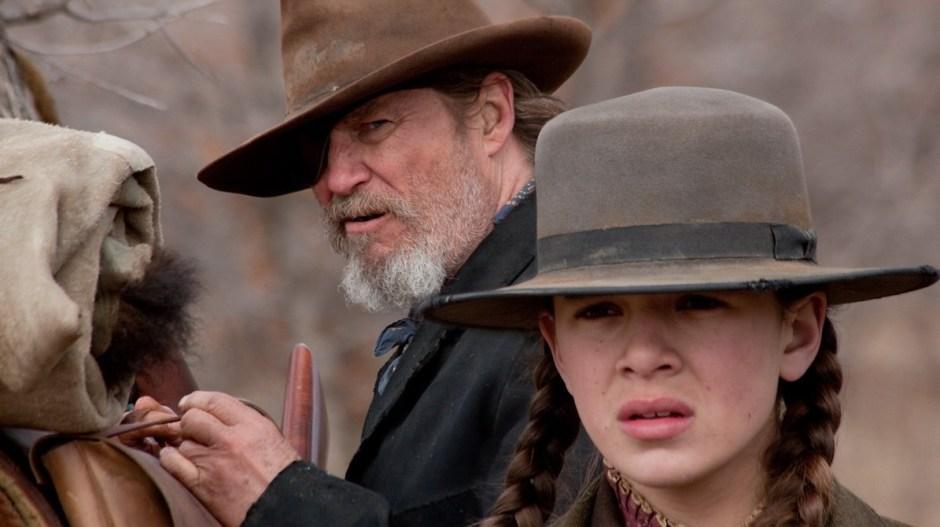 4. Bravura Indômita (True Grit, 2010) Uma espirituosa adolescente (Hailee Steinfeld) contrata um velho e durão agente federal (Jeff Bridges) para rastrear o assassino de seu pai.