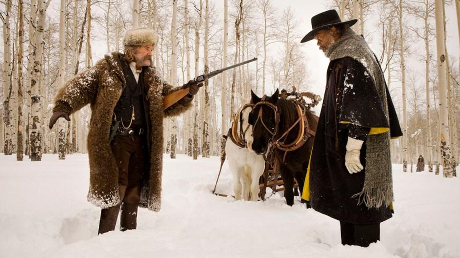 9. Os Oito Odiados (The Hateful Eight, 2015) Um caçador de recompensas (Kurt Russel), acompanhado por sua prisioneira (Jennifer Jason Leigh), se abriga em uma cabana cheia de personagens suspeitos durante uma nevasca.