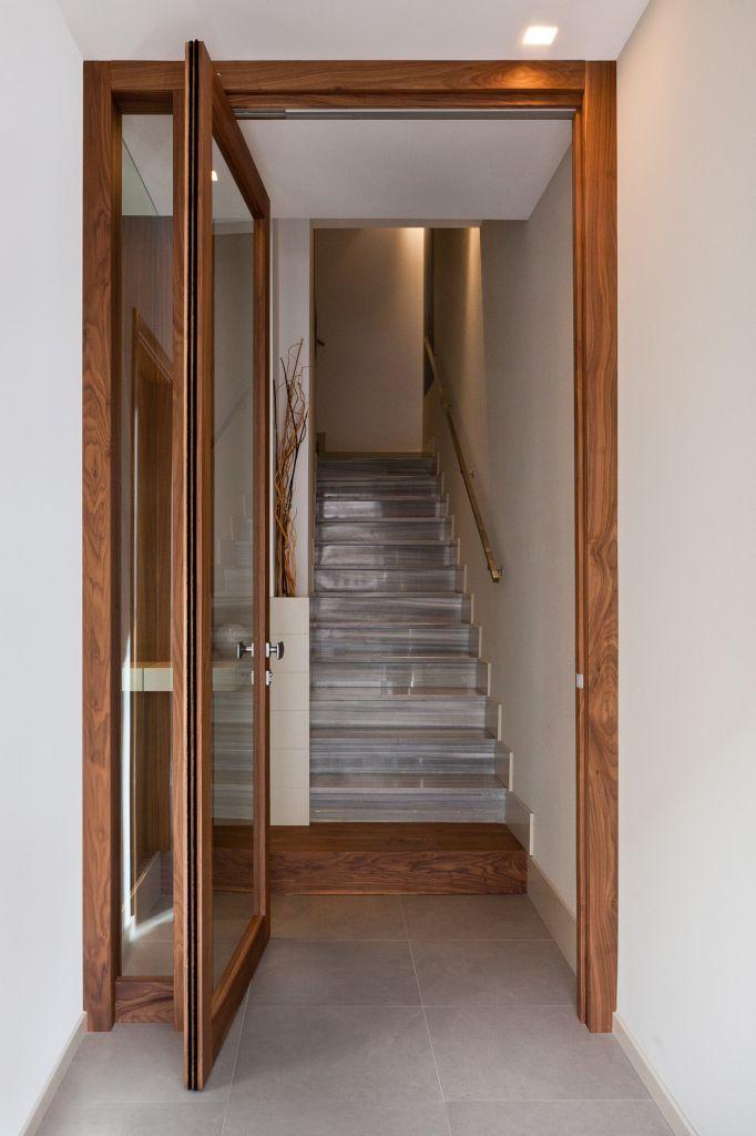 Porta moderna in legno e vetro rototraslante