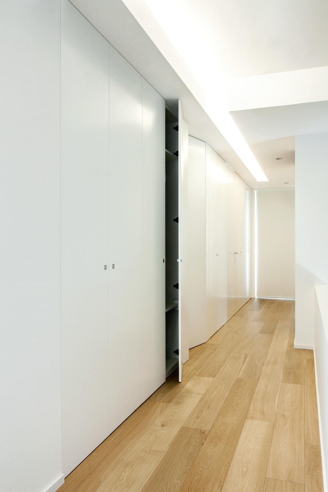 Armadio in legno minimal incassato su misura con porte integrate