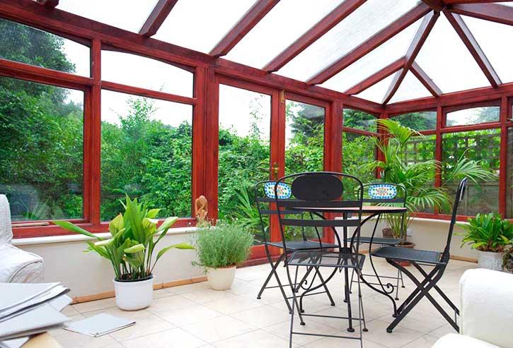 Veranda in legno in una casa con giardino a Torino