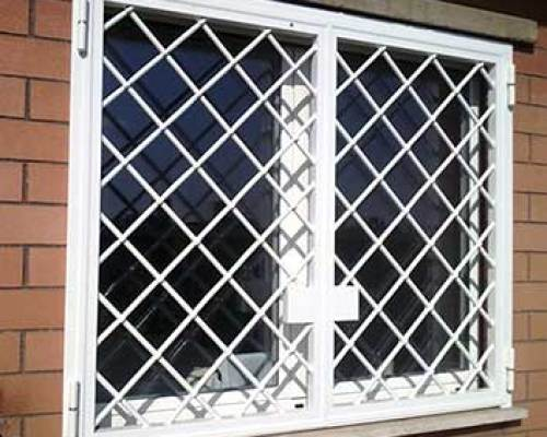 grate di sicurezza su una finestra a Brescia