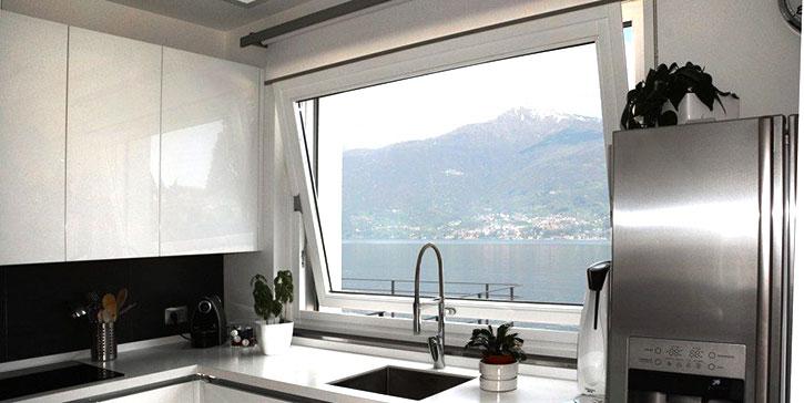 Vasistas di grandi dimensioni installata in cucina