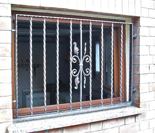 Grata di sicurezza per finestra su misura installata a Cremona